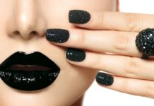 Frau mit schwarzen Fingernägeln und schwarzen Lippen