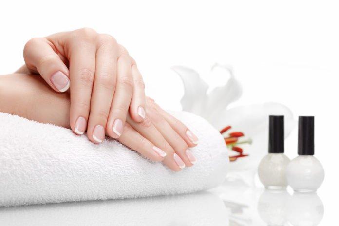 Hände einer Frau mit French Manicure